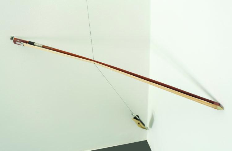 E no entanto... (detalhe) | Facão, arco de violino, cabo de aço e balança