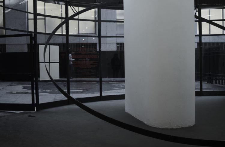 Labirinto de Hermes | Círculo de metal envolvendo uma pilastra | Dimensões variáveis