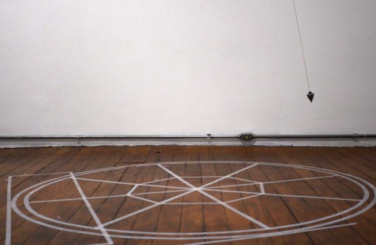 Palco Prumo Tempo Curvo | Prumo de metal, fio, motor, timer e fita crepe | dimensões variáveis