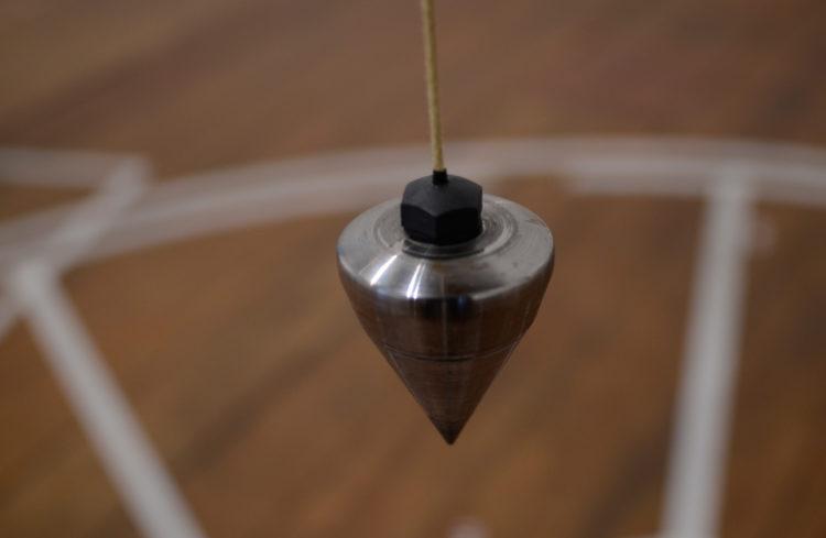 Palco Prumo Tempo Curvo (detalhe) | Prumo de metal, fio, motor, timer e fita crepe | dimensões variáveis